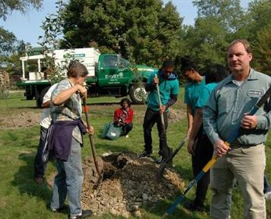 Davey Foreman Steve Gordon (right) was onsite to help apply mulch and Arbor Green PRO® fertilizer to the new fruit trees.